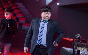 Faker còng lưng gánh T1 không thành, cộng đồng fan T1 trút mọi giận dữ lên HLV Kim