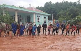 Quảng Bình: Giáo viên dọn lũ cùng nước rút