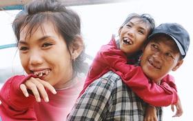 """Bé gái bị teo não theo cha đi lượm ve chai ở bờ sông Sài Gòn: """"Ngồi chờ ba xíu, lát ba quay lại cõng con lên ghe nghen"""""""