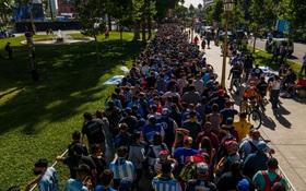"""Choáng váng trước cảnh hàng vạn người Argentina nối đuôi nhau cả cây số để vào viếng Maradona: Số người tiễn đưa """"Cậu bé vàng"""" ước tính lên tới cả triệu"""