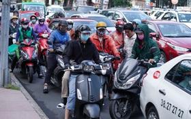Mua sắm ngày Black Friday: Đường phố trung tâm Sài Gòn ùn tắc vì khách đổ về các TTTM ngày càng đông