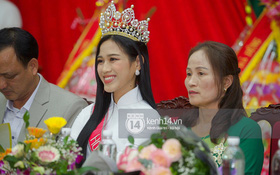 Cập nhật HHVN Đỗ Thị Hà về làng: Nàng hậu đeo vương miện, rạng rỡ trong tà áo dài, Huyện Hậu Lộc thưởng 5 triệu đồng