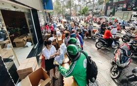 Người Sài Gòn đổ xô đi mua khẩu trang 25.000 đồng⁄hộp, nhiều công ty mua cả thùng để tặng nhân viên