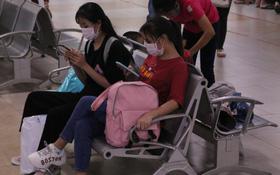 Sinh viên TP.HCM khẩu trang kín mít, lỉnh kỉnh hành lý về quê vì nghỉ học