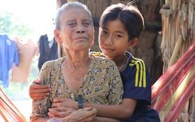"""Bố mẹ bỏ rơi, bé trai 13 tuổi đi nhặt củi dừa, bán vé số nuôi bà nội mù lòa: """"Con ước được ăn no, không phải nhịn đói nữa"""""""