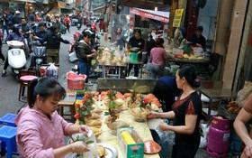 """Gà cánh tiên """"hút khách"""" trong phiên chợ Rằm cuối năm giữa phố Hà Nội: Chủ quán luộc gà gấp rút, shipper giao mỏi chân không kịp"""
