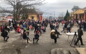 Ảnh: Hàng trăm người dân xã Hưng Đạo (Hải Dương) đội rét, chờ lấy mẫu xét nghiệm Covid-19