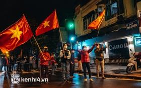 """Người dân gõ mâm, phất cờ hò reo, mừng khoảnh khắc BV Việt Đức dỡ cách ly: """"Mong rằng từ ngày mai cuộc sống sẽ trở lại bình thường"""""""