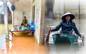 Cuộc sống đảo lộn của người dân Hà Nội những ngày sống chung với lũ: Dùng thuyền tự chế để di chuyển, cả gia đình phải đi sống nhờ