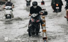 Ảnh: Hàng loạt tuyến đường Sài Gòn ngập nặng sau cơn mưa 30 phút, người dân bì bõm đẩy xe về nhà