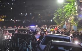 Hà Nội: Lượng người đổ về hồ Tây vui chơi tối 20/10 quá đông gây ùn tắc cục bộ, nhiều ô tô leo lên vỉa hè di chuyển