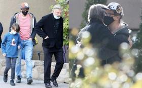 Lộ ảnh tài tử Alec Baldwin đến thăm gia đình nữ đạo diễn ông vừa bắn chết, hành động với người chồng khiến bao người bật khóc
