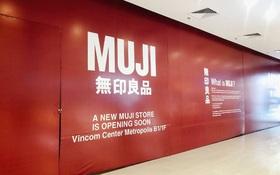Hot: MUJI âm thầm căng bạt đỏ tại Vincom Center Metropolis, ngày khai trương tại Hà Nội chẳng còn xa