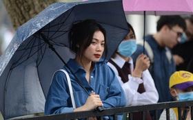 Giới trẻ Hà Thành đội mưa xem bóng rổ trên phố đi bộ Hồ Gươm
