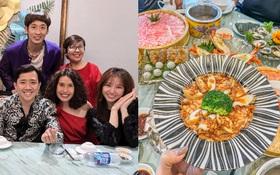 """Trấn Thành - Hari Won dắt """"con trai"""" đi ăn cùng gia đình ngày 8⁄3, nhìn bàn tiệc toàn thố bào ngư và tôm hùm mà muốn """"xỉu ngang"""""""
