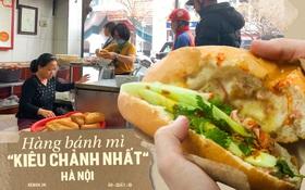 """Hàng bánh mì """"kiêu chảnh nhất"""" Hà Nội nhưng khách xếp hàng nườm nượp: Có gì mà hot quá vậy?"""