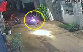 Kinh hoàng khoảnh khắc bé gái bị xe máy tông văng rồi đổ nhào cả xe lên người khi bất ngờ chạy sang đường