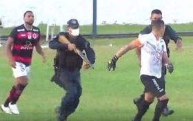 Hãi hùng: Cảnh sát dùng súng bắn vào chân cầu thủ