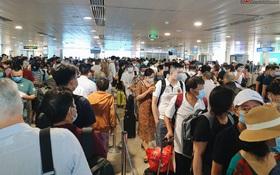 Khu vực kiểm tra an ninh ở Sân bay Tân Sơn Nhất lộn xộn như chợ vỡ, hành khách mỏi mòn đợi chờ