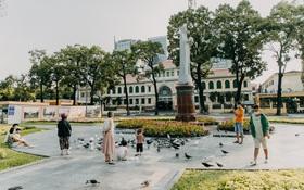 Chùm ảnh: Khác với cảnh chen chúc xe cộ ở cửa ngõ, trung tâm Sài Gòn yên bình trong sáng 30⁄4, mọi góc phố phấp phới cờ hoa