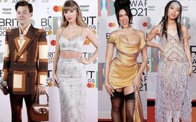 """Siêu thảm đỏ BRIT Awards: Taylor Swift lột xác, chạm mặt tình cũ Harry Styles, ai dè bị Dua Lipa bốc lửa và nhóm nhạc 2 thành viên khoe bụng bầu """"chặt đẹp"""""""
