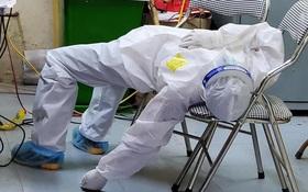 """Nữ nhân viên y tế ngất xỉu khi lấy mẫu xét nghiệm Covid-19 ở Bắc Ninh: """"Mồ hôi nhiều đến mức ướt hết quần áo, như người mới ở dưới nước lên"""""""