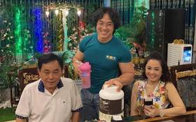 """""""Gym Chúa"""" Duy Nguyễn ghé thăm biệt thự của vợ chồng đại gia Phương Hằng, tận tay pha thực phẩm thể hình mời chủ nhà uống"""