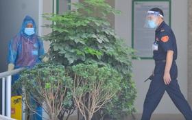 Ảnh: Hà Nội phong toả một tầng chung cư Ecohome 3 sau khi kỹ thuật viên Bệnh viện Phổi Trung ương dương tính SARS-CoV-2