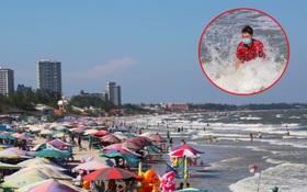 Vũng Tàu chiều 2⁄5: Du khách đeo cả khẩu trang tắm biển; đường lên ngọn Hải Đăng chật kín xe máy