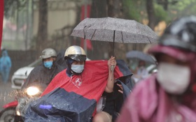 Thi vào lớp 10 Hà Nội năm 2021 ngày thứ hai: Trời mưa rất to, nhiều thí sinh quên phiếu dự thi, máy tính