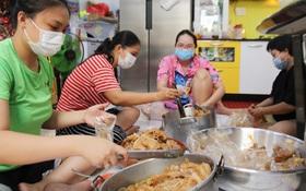 """Một gia đình nấu 300 phần cơm mỗi ngày tiếp sức BV Bệnh Nhiệt đới: """"Bao giờ gỡ phong tỏa, chị mới ngừng nấu cơm"""""""