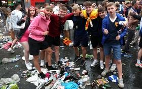 Đại chiến Anh - Scotland: Fan cuồng thiếu ý thức của đội khách tỉ thí với cảnh sát, biến quảng trường ở London thành bãi rác