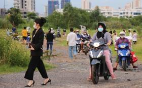 Dịch đang căng thẳng nhưng người dân ở Sài Gòn vẫn vô tư tụ tập hóng mát thả diều, bỏ luôn khẩu trang để chụp ảnh