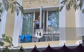 Thầy Park thò đầu qua ô cửa sổ, vẫy tay chào cảm ơn fan: Lại cute nữa rồi!