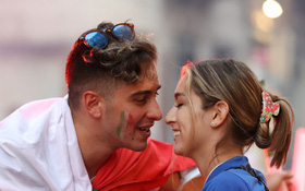 (Từ nước Ý) Nam CĐV tranh thủ cầu hôn bạn gái giữa màn khói pháo sáng, nhan sắc của cặp đôi không phải dạng vừa