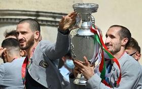 Tuyển Italy hãnh diện mang cúp bạc Euro 2020 tới diện kiến Tổng thống