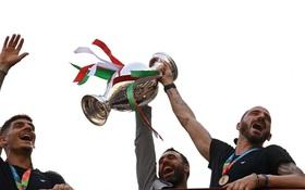 Hàng vạn người xuống đường xem Italy cầm cúp diễu hành mừng chức vô địch Euro 2020: Cầu thủ đốt pháo sáng