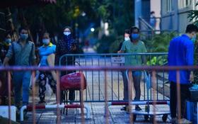 Ảnh: Hà Nội phong tỏa chung cư 4.000 dân trong 14 ngày, người dân chuyển đồ tiếp tế trong đêm qua rào chắn 3 lớp