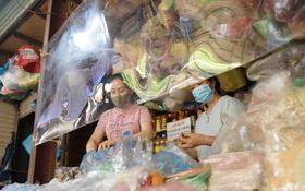 Hà Nội: Chợ dân sinh đầu tiên quây nylon kín mít để phòng tránh Covid-19 khi bán hàng