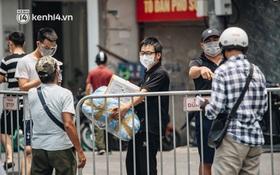 """Ảnh, clip: Cận cảnh các chốt phong tỏa tại phường Chương Dương với 23.000 dân, người thân """"đội nắng"""" tiếp tế nhu yếu phẩm"""