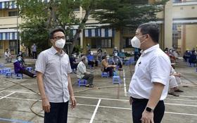 Phó Thủ tướng Vũ Đức Đam xuất hiện giản dị tại một điểm tiêm vaccine ở quận Bình Thạnh: Dồn sức điều trị, tiêm chủng ở TP.HCM