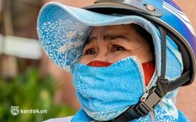 Ảnh: Người nghèo, khuyết tật ở Sài Gòn bật khóc khi được phát gạo miễn phí tại bưu điện