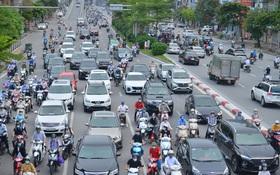 Ảnh: Đường phố Hà Nội đông nghịt sau khi dỡ bỏ toàn bộ chốt phân vùng, nới lỏng giãn cách xã hội