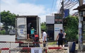 """TP.HCM: Phát hiện xe tải """"nhét"""" 6 người là các F0 đã khỏi bệnh trong thùng hàng"""