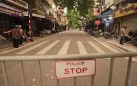"""Ảnh: Lực lượng chức năng lập 2 chốt, phố Hàng Mã """"vắng như chùa bà Đanh"""" trước đêm Trung thu"""