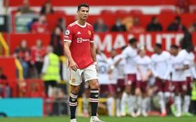 Ronaldo không được đá penalty, đồng đội sút thẳng lên trời ở phút bù giờ khiến MU thua ngay trên sân nhà