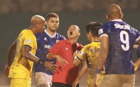 Trợ lý CLB Nam Định chạy vào sân gây rối để câu giờ, bị đuổi khỏi sân nhưng vẫn cực vui