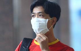 Công Phượng khoe tóc mới, trợ lý Lee Young-jin cho Tấn Tài xem bí mật từ chiếc điện thoại