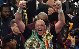 """""""Hủy diệt"""" không thương tiếc nhà vô địch bất bại, người khổng lồ cao 2m06 Tyson Fury giành đai thế giới trong màn so tài được cả làng boxing chờ đợi"""