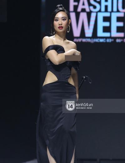 Sự cố trên runway: Mẫu nữ bị lộ ngực vì váy xẻ sâu quá hớ hênh tại Tuần lễ thời trang Việt Nam